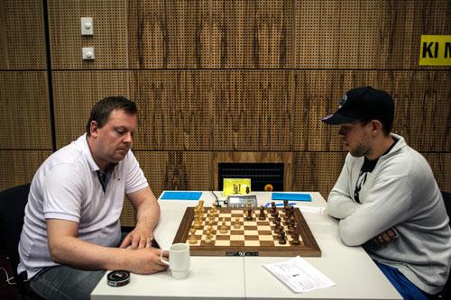 Jon Kristian med vinst mot Odin Blikra Vea i 3.runde. Partiet er kommentert av Sjakkfantomet.
